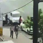 【動画】信号待ちしている女性に猛スピードの車が突っ込んでしまう衝撃事故