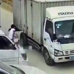 【動画】子供が母親の前で道に飛び出しトラックの前で転倒。恐ろしい事故が起きてしまう