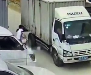 トラックに轢かれ少年が死亡