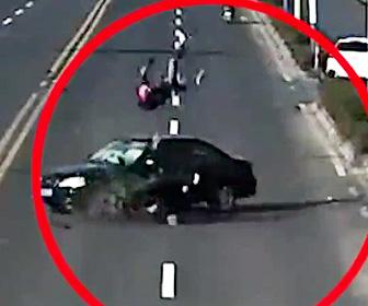 車に父親と娘が乗るバイクが激突