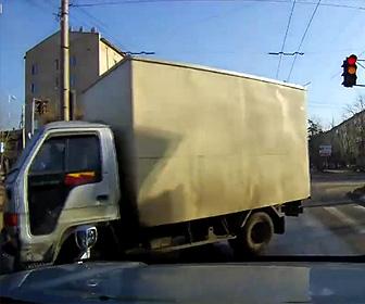 凍結した路面でトラックが突っ込んで来る