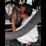 【動画】列車の下で作業員が修理をしているが、列車が突然走り出してしまう