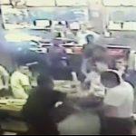 【動画】レストランで彼女に暴行する男。暴行を見ていた他の男性客が暴行男をボコボコにする