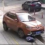 【動画】車の前で座って携帯電話をいじっている女性に悲劇が起きる