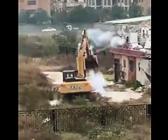 花火で攻撃する村人VSショベルカー