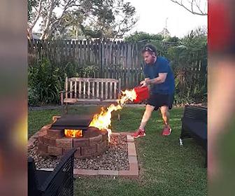 家の庭でBBQをしようとするが庭に火を放ってしまう