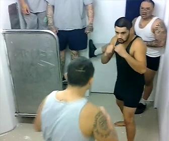刑務所内でギャングの殴り合い