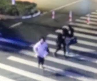 猛スピードの車が横断歩道を渡る女性をはね飛ばす