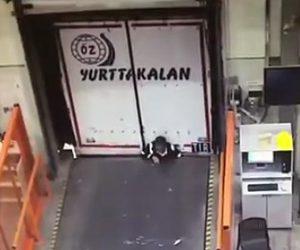 作業員が建物とトラックに挟まれてしまう