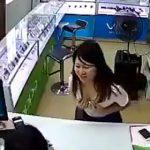 【動画】携帯電話の修理代を無料にしたい女性が店員に胸を見せる