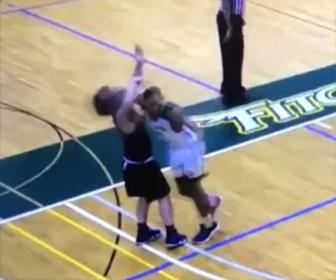 大学バスケの試合中に起きた悪質なプレー