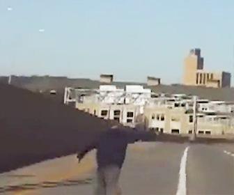 殺人犯が警察車両にはね飛ばされる