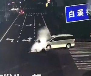 スクーターが信号無視し車にはね飛ばされる
