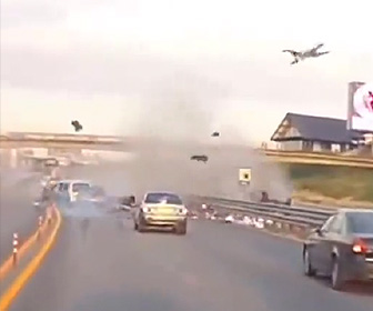 空高く放り出されてしまう運転手