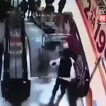 【動画】ショッピングカートに乗った少年をエスカレーターから放り投げてしまう友達