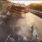 【動画】高速道路で停車している車に猛スピードのバスが突っ込んでしまう