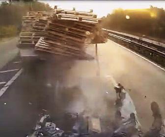 高速道路で停車している車にバスが突っ込む