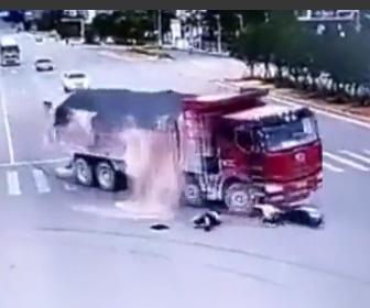 バイクが2台のトラックに轢かれてるが奇跡的に助かる