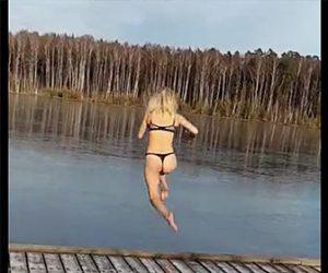凍った湖に飛び込む水着美女