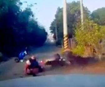 女性が犬の群れに襲われてしまう衝撃映像