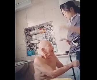 看護師にセクハラ行為をするおじいさんがヤバい