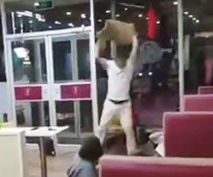 【動画】レストランで男2人が大暴れ。女性にも容赦ない暴行