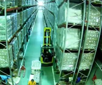 【動画】倉庫内でフォークリフトが運転操作を誤り大惨事になってしまう