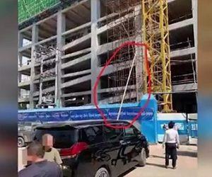 建設現場からスチールパイプが落下し下を走る車の運転手に直撃