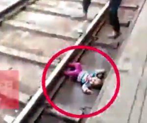 幼児がホームに落下し電車が通過してしまう