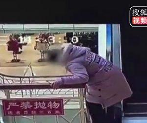 【動画】女性が柵を乗り越えショッピングモール4階から落下してしまう