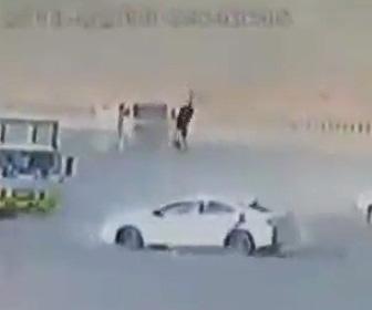 猛スピードの車がコントロールを失い道を渡る男性を撥ね飛ばす衝撃事故