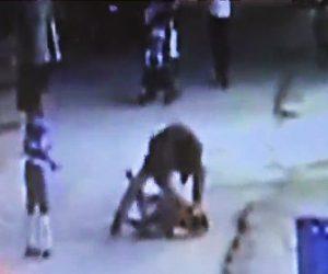 【動画】砂を投げた少年が男にボコボコにされ血まみれになってしまう