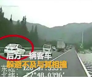 高速道路で無理に出口に行こうとした車にバスが突っ込んでしまう