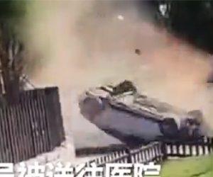 【動画】猛スピードの車が壁に激突し横転。運転手が放り出されてしまう衝撃事故