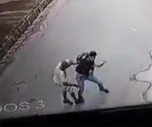 【動画】偽物の銃を持った強盗が歩道を歩く男性に襲いかかるが…