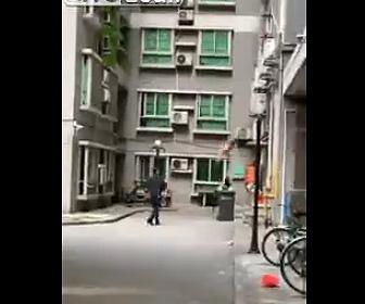【動画】裸の男が3階の窓からゴミ箱に落下ししてしまう衝撃映像