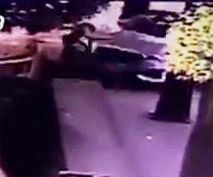 【動画】歩道を歩くおじいさんにコントロールを失ったSUV車が突っ込んで来る衝撃事故