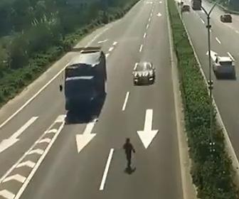 【動画】高速道路を歩いて渡ろうとするクレイジーな男性の末路