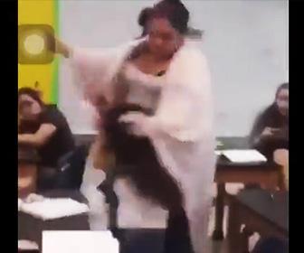 【動画】教室内で女子高生が同級生に殴りかかる