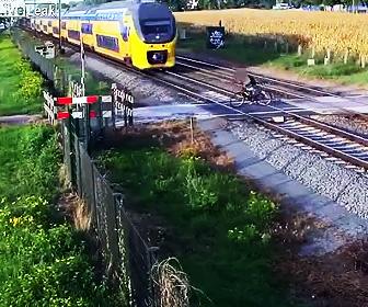 遮断機を乗り越え、自転車で踏み切りを渡ろうとするが猛スピードの列車が…