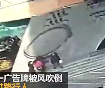 【動画】ショッピングモールの建設フェンスが倒れ歩行者が下敷きになってしまう