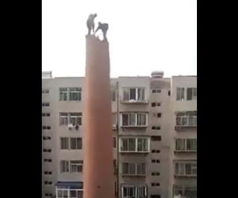 【動画】男性2人が行う煙突の解体作業が怖すぎる