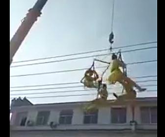 クレーンに吊るされ演技するパフォーマーが落下してしまう