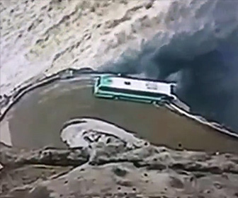 ダムに落ちかけるバス