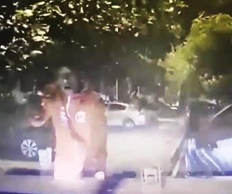 【動画】銃を持った武装強盗達に車を襲われるが車で突っ込み撃退する