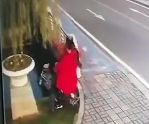 【動画】スクーターに乗る夫婦が橋の脇からスクーターごと川に突っ込んでしまう衝撃事故