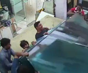 【動画】ガラスの板を大量に運ぼうとするが重すぎて倒れてしまい男性達が…