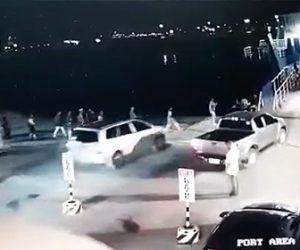【動画】車が暴走し船に乗り込む人を撥ね海に突っ込む