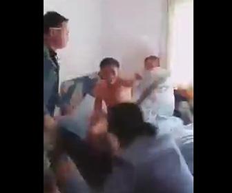 【動画】夫の浮気現場に妻と妻の家族が突撃。夫がボコボコニされ修羅場になる