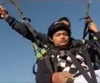パラグライダーで飛行中、翼とハーネスを連結する金具が壊れ落下してしまう衝撃事故映像